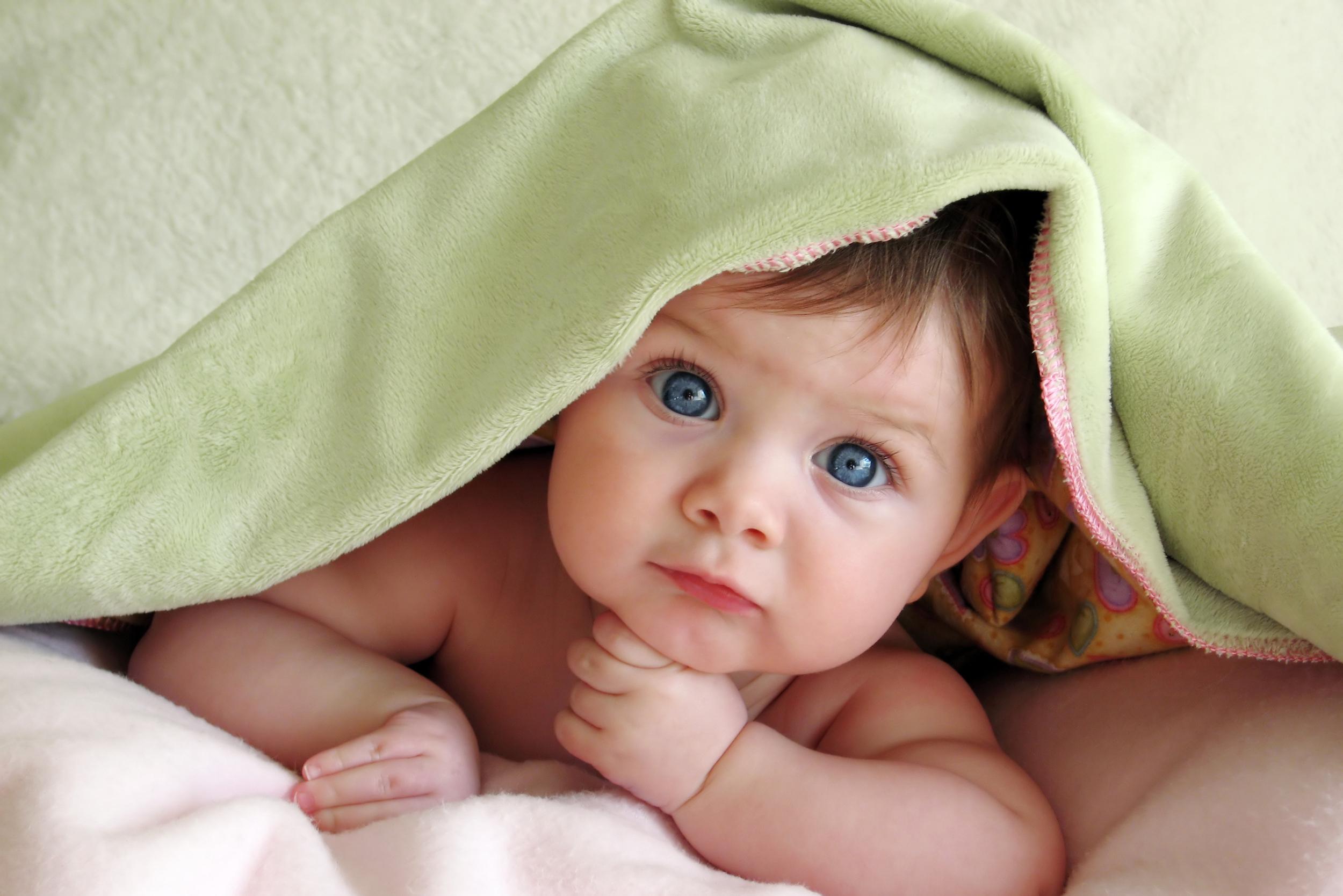 Baby mit Decke
