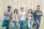 Junge Menschen mit Smartphones